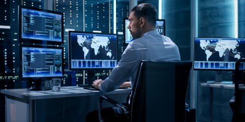 Techniker bei der Arbeit mit EFFEKTA USV-Watch (Symbolbild)