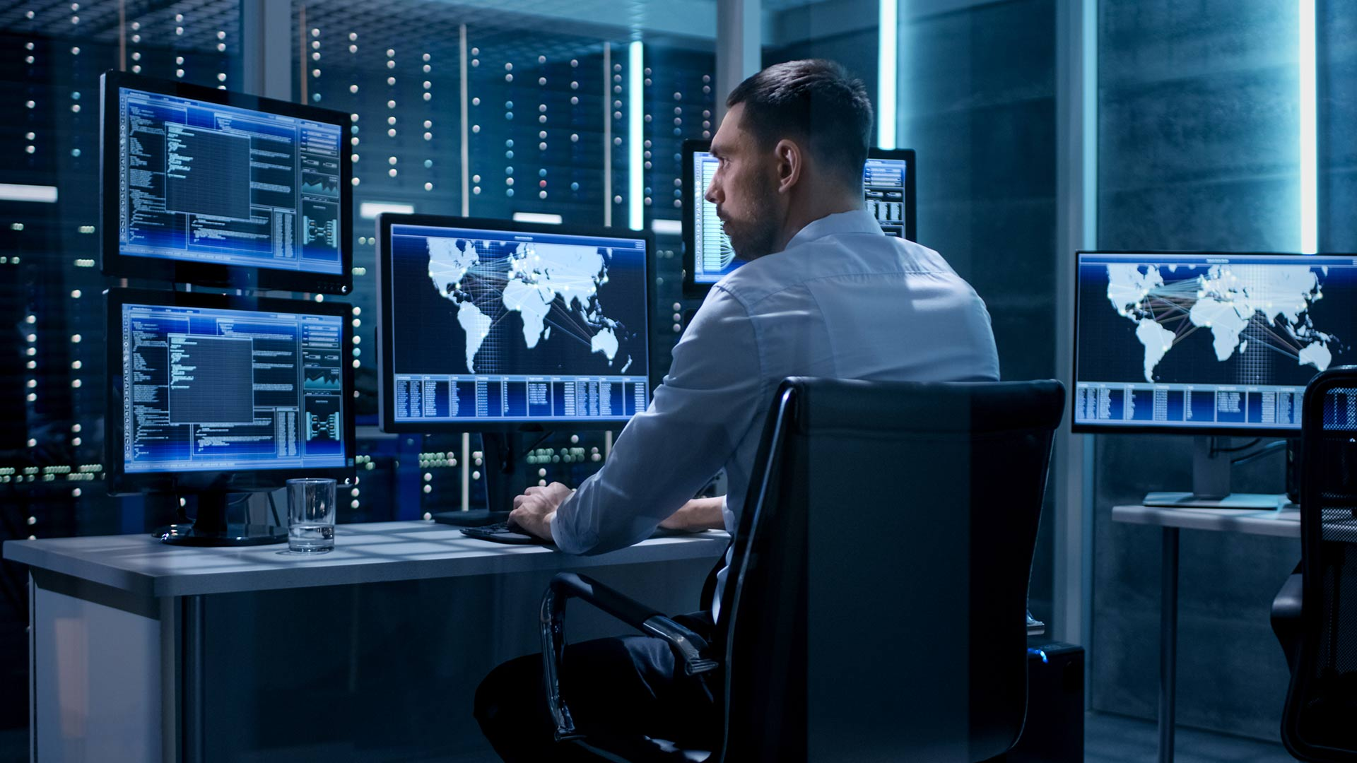 <p>24/7-Fernüberwachung von USV und BACS</p> <h1>EFFEKTA USV-WATCH</h1>